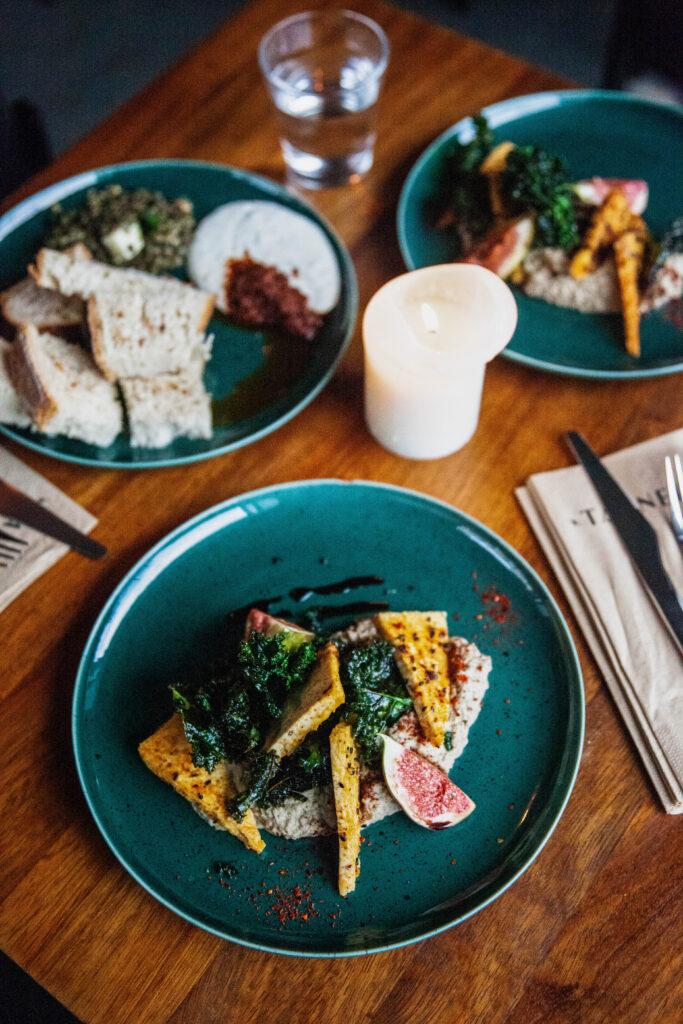 Hämeentiellä sijaitseva Tanner tarjoaa vegaanisia herkkuja erityisesti aamupalallaan. Vegetaarisesta kasvisruokatarjonnasta voi nauttia pitkin päivää.